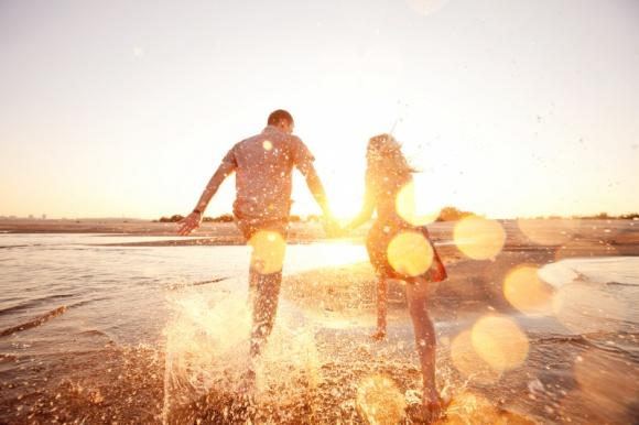 Miłość- na lato czy na lata? Styl życia, LIFESTYLE - Jak wynika z badania zrealizowanego na zlecenie marki wina Oak View, ponad połowa ankietowanych Polaków deklaruje, że przeżyła wakacyjną miłość. Weźmy pod lupę miłosne uniesienia Polaków w tym wyjątkowym czasie w ciągu roku.